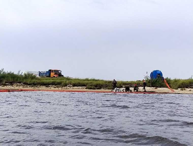 В реку ЯНАО утекли нефтепродукты. ФОТО, ВИДЕО