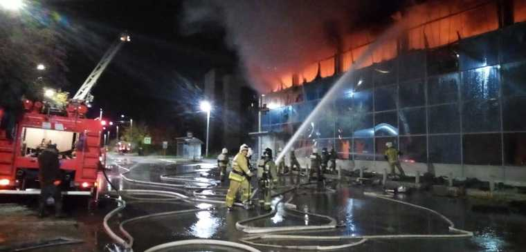 В Свердловской области горит крупный торговый центр. Фото