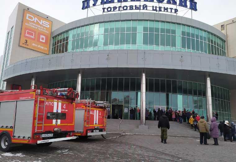 Из курганского торгового центра эвакуировали 400 человек. Фото