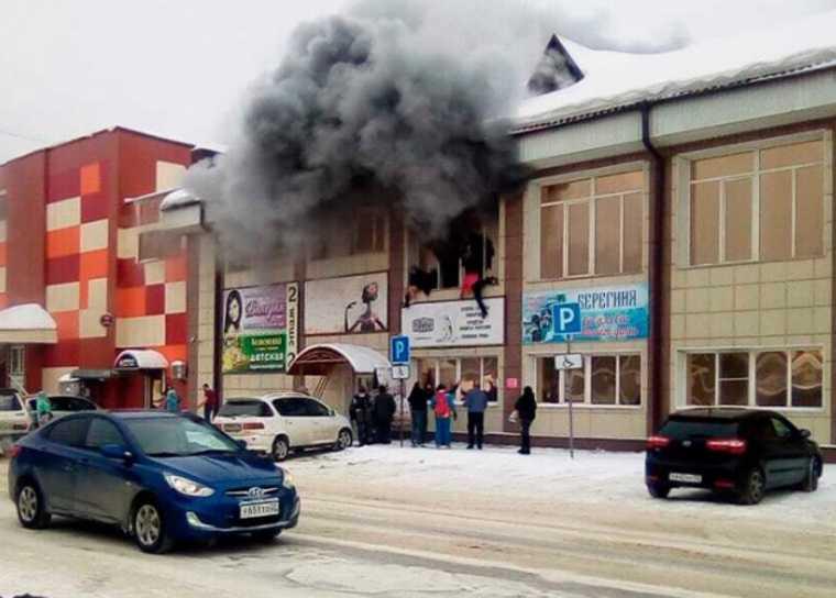 Посетители выпрыгивают из окон горящего ТЦ на Алтае. Видео