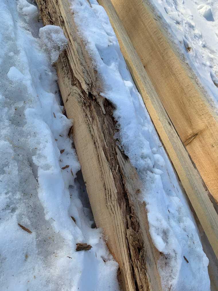 Курганские власти помогли женщине гнилыми стройматериалами. Фото
