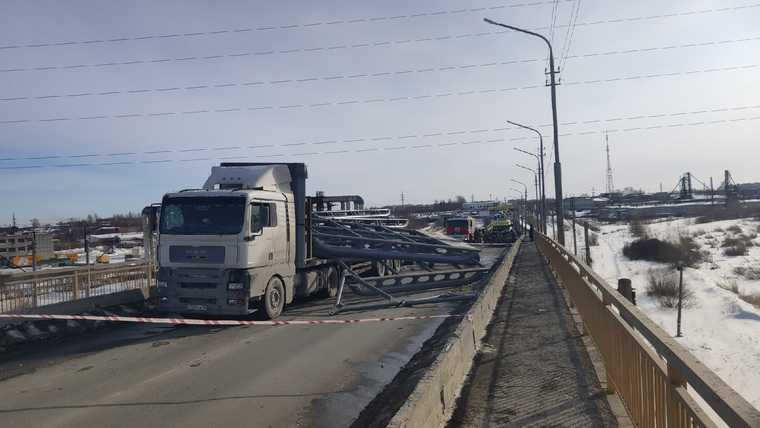 В Кургане ДТП парализовало движение по оживленному мосту. Фото