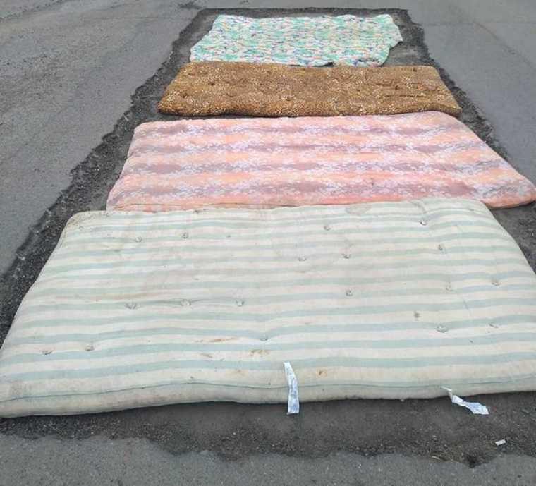Под Челябинском дорогу отремонтировали матрасами. Фото