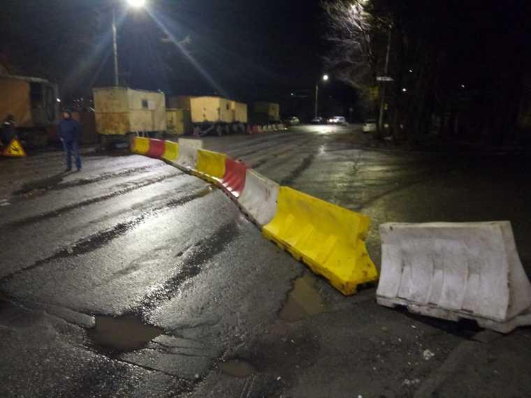 В Челябинске перекрыли движение из-за провалившейся дороги. Фото