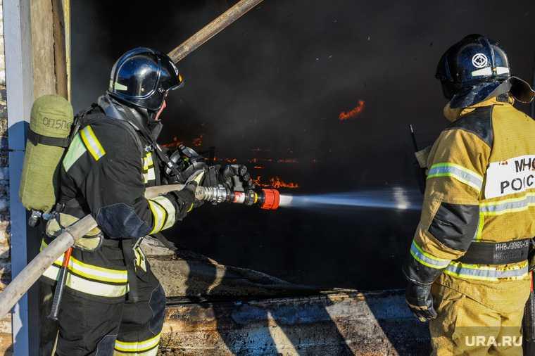 В Свердловской области при тушении дома погиб пожарный