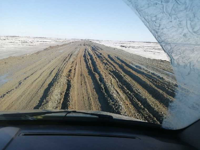 Водители ЯНАО жалуются на ключевую трассу региона. «На грязь потрачены миллиарды рублей». Фото