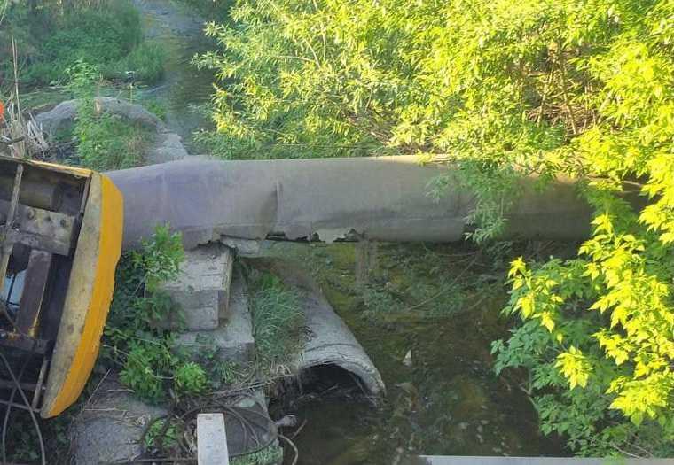 В Челябинской области автокран упал на водопровод. Фото
